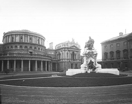Queen Victoria statue outside the National Library (NLI Ref.: EAS 1772).